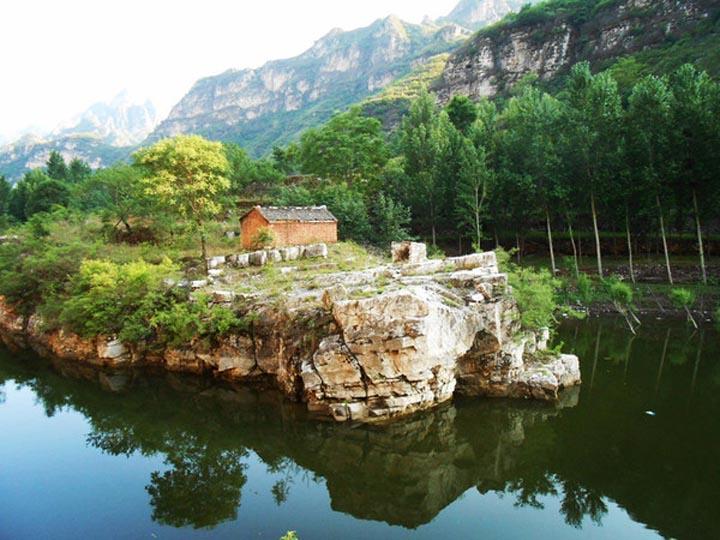 龙潭湖自然风景区位于顺平县西北部的杨家台境内,面积约50平方公里
